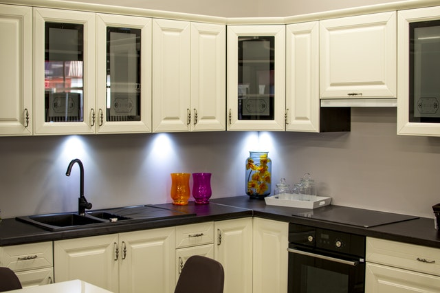 Une cuisine noir et blanc qu'on apprécie chez avant gardening