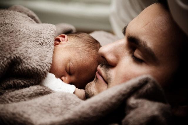 Un homme qui à l'air bien au chaud avec son fils