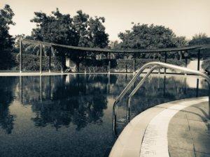 Comment faire baisser le taux de calcaire d'une eau de piscine devenue blanchâtre ?