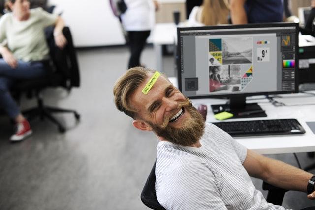 Neuf ou d'occasion, cet employé ce fiche du mobilier de son bureau, il est heureux