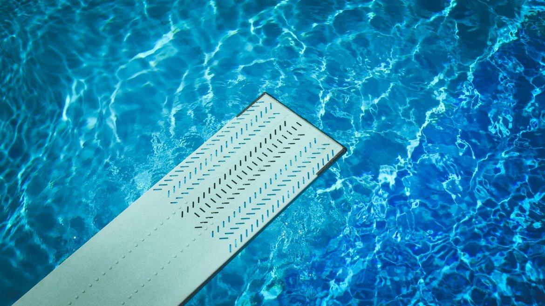 Comment traiter une eau de piscine blanchâtre ?