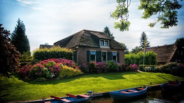 Éviter l'humidité de la maison avec un jardin luxuriant