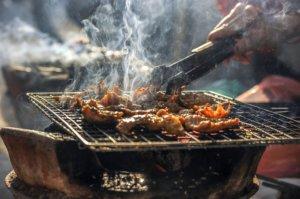 Barbecue charbon s'avère être bénéfique en comparaison avec d'autres appareils de cuisson électriques.