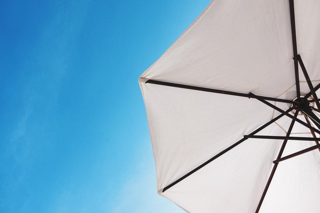 Le parasol déporté agrémentera vos journées à l'extérieur.