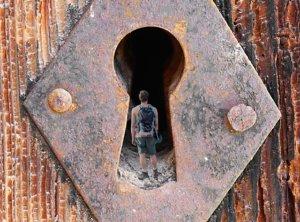 Un serrurier sait comment ouvrir une porte fermée à clé avec un trombone