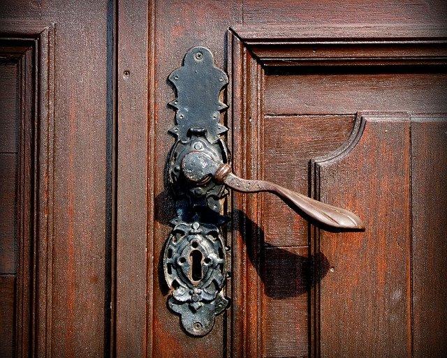 Solution pour ouvrir une porte fermée à clé avec un trombone