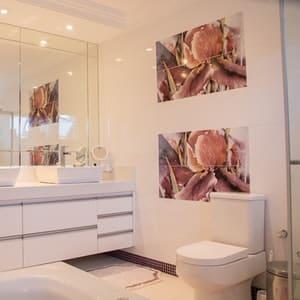 Pensez à inclure plusieurs meubles de rangement dans votre salle de bain moderne