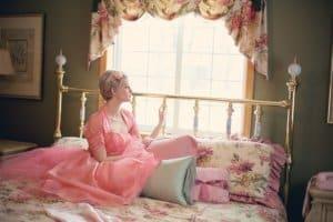 Les objets décoratifs d'une chambre gris et rose seront parfaits dans des tons noir et blanc
