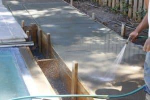 La réalisation d'une dalle extérieure en béton est souvent nécessaire