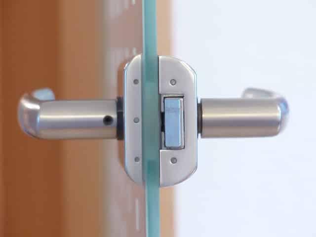 On ferme la porte si fort qu'on finit par endommager le système de verrouillage de la serrureon ferme la porte si fort qu'on finit par endommager le système de verrouillage de la serrure