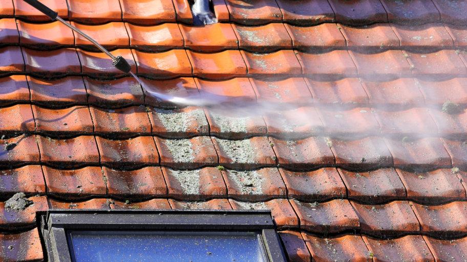 Pourquoi est-il important de faire démousser son toit ?