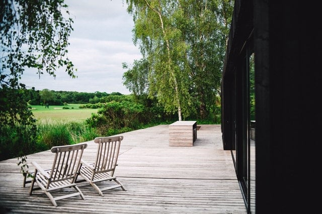 La pose d'une terrasse composite, une plus-value pour votre extérieur